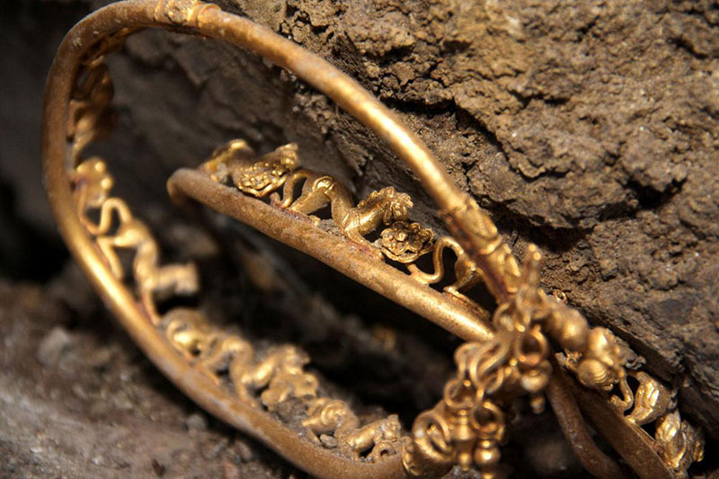"One-Ring Circus Adorned with lions and fantasy animals, this newfound Thracian jewelry—said to be a tiara or necklace—""looks pretty awesome,"" Hiebert said. He added, though, that it might be a neck ornament known as a torc. ""It doesn't really look like a tiara to me."""